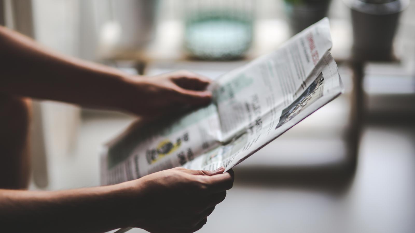新聞読む人
